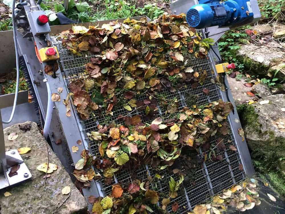 GoFlo screen scooping up leaf debris at the intake